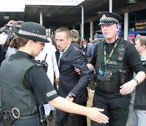 الشرطة تحاصر ريبيري في مطار مانشستر !