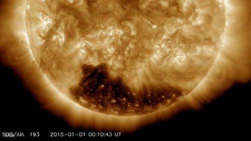 الشمس تستقبل العام الجديد بثقب أكليلي