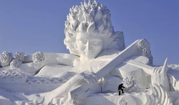 رجل دين سعودي بارز يحرم تماثيل الثلج