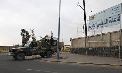خاص| ضبط أكثر من 15 مليار ريال حاول جلال هادي نقلها إلى عدن عبر قاعدة الديلمي الجوية
