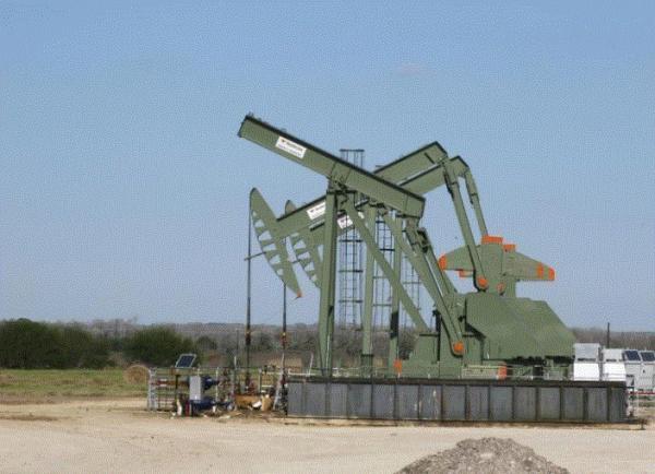 النفط يرتفع مع إعلان السعودية استمرار تعاون المنتجين بعد 2018