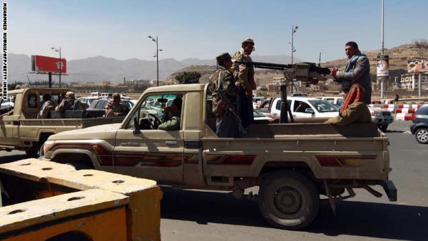 الحوثيون يداهمون منازل ويعتقلون شباناً في عطان بالعاصمة صنعاء