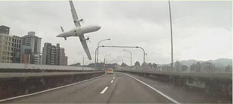 مقتل 21 شخصا في تحطم طائرة ركاب في تايوان