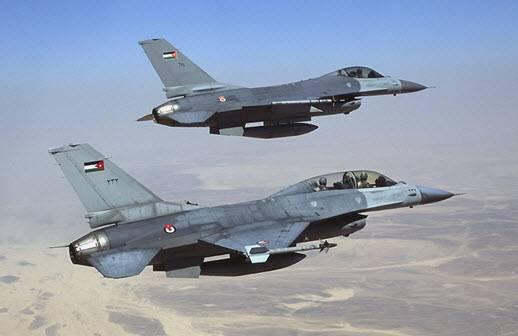 مقاتلات أردنية حلقت فوق مسقط رأس الطيار الكساسبة بعد عودتها من &#34مهمة&#34