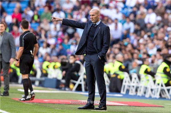 أسطورة ريال مدريد يساند زيدان ويهاجم بيكيه