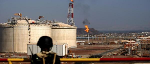 أمن شبوة يضبط أفراد عصابة تخريبية كانت تقوم بسرقة النفط الخام