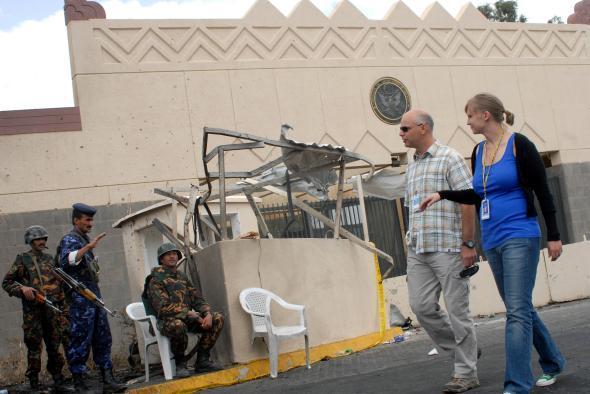 السفارة الأمريكية في صنعاء تسرح 360 موظفا يمنيا