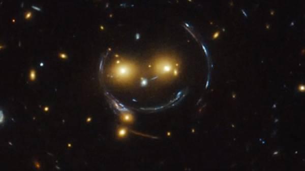 """تلسكوب هابل يلتقط """"سمايلي"""" في الفضاء"""