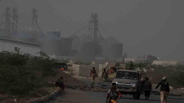 مليشيا الحوثي تعاود قصف مطاحن البحر الأحمر في الحديدة