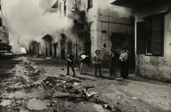 «تنتهي حرب لتبدأ أخرى».. صور تروي حكايات بعدسة مصور الحروب الأشهر