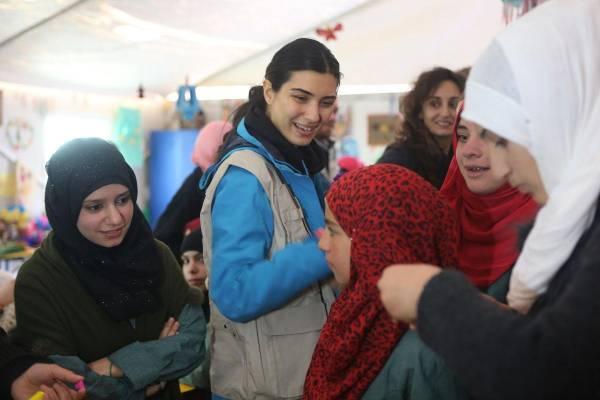 """الممثلة التركية """"لميس"""" في مخيم """"الزعتري""""مع اللاجئين السوريين"""