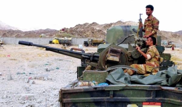 القاعدة يهاجم موقع بيت عياض العسكري في لحج ونشوب اشتباكات عنيفة