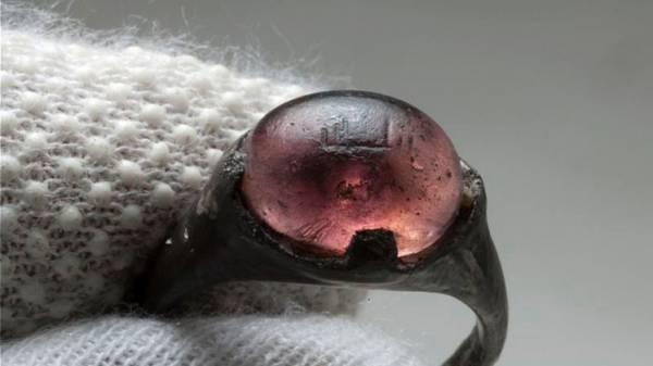 خط كوفي عربي على خاتم من القرن الـ 9 يثبت التفاعل بين الفايكنغ والمسلمين