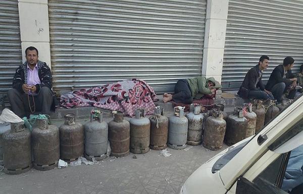 إسطوانات المواطنين واقفة أمام محطات في صنعاء لأسبوع كامل