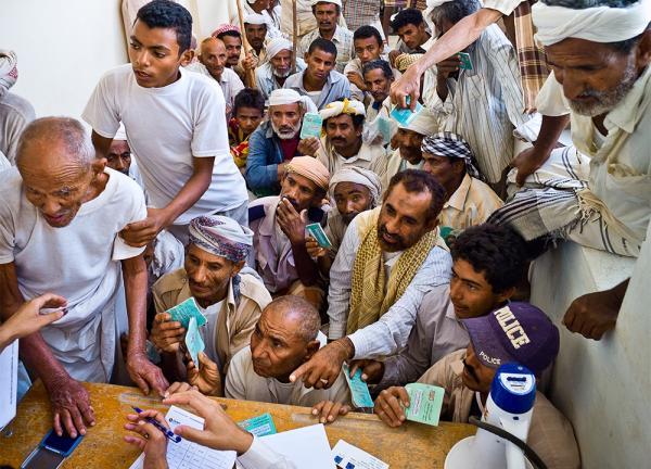 مشاركة الحوثيين فعالياتهم تمنحهم ضوءاً أخضر للإبقاء على الأزمات والاستمرار في مصادرة الرواتب
