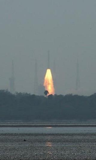 في سابقة للهند.. صاروخ واحد يضع أقمارا صناعية في ثلاثة مدارات