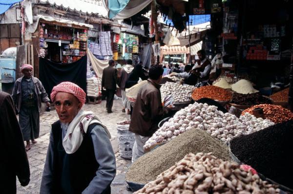 ضرائب وجبايات الحوثيين أنهكت التجار وقصمت ظهر المواطن.. ارتفاع غير مسبوق في أسعار الدواء والغذاء