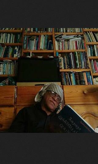 أديب ومثقف يمني كبير يعرض مكتبته للبيع ليتمكن من تسديد إيجار شقته بعد التهديد بإخراجه منها