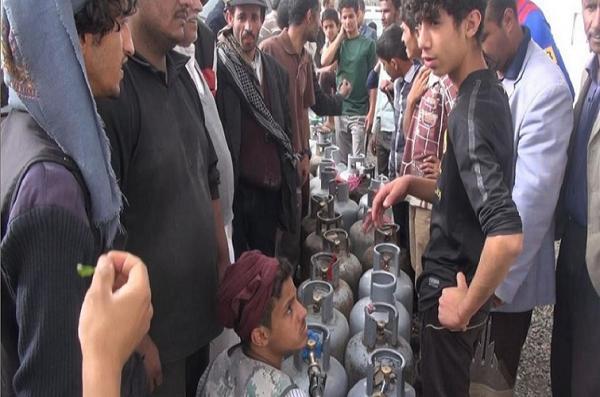 مواطنون في صنعاء يشتكون من فرض مبالغ إضافية في أسعار الغاز