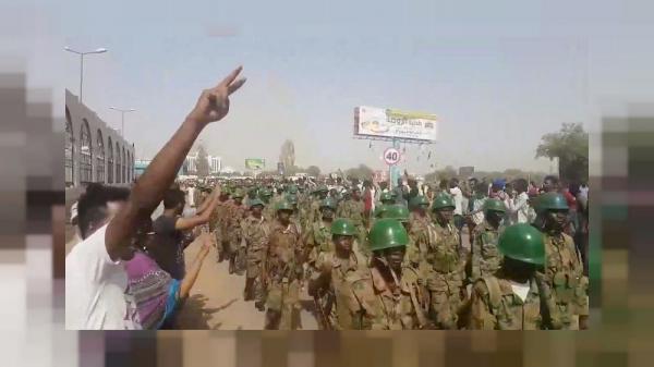 الجيش السوداني ينشر مزيدا من الجنود حول آلاف المحتجين المعتصمين خارج وزارة الدفاع