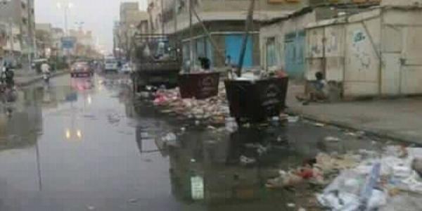 الحوثي يعاقب أهالي ذمار لرفضهم دفع أبنائهم للجبهات بضخ مياه المجاري إلى شوارع وأحياء المدينة