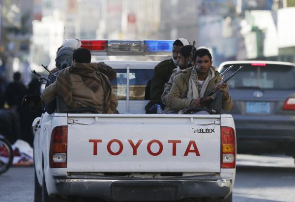 مسلحو أنصار الله يشهرون السلاح بوجه &#34رئيس التأمينات&#34 ويمنعون دخوله الهيئة