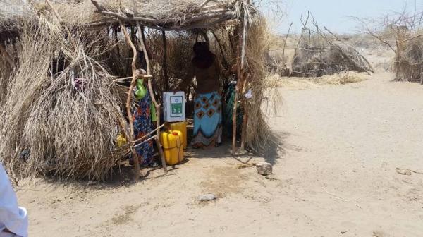 أوراق الشجر ونوى الثمار غذاء بديل لأطفال حيس جراء حصار الحوثي