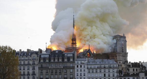 حريق يدمر كاتدرائية نوتردام بالعاصمة باريس وترامب يقترح خطة للتعامل معه