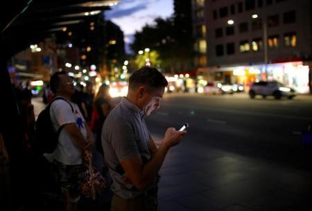 الميل إلى الأمام أثناء استخدام الهاتف المحمول يسبب &#34عنق المحمول&#34