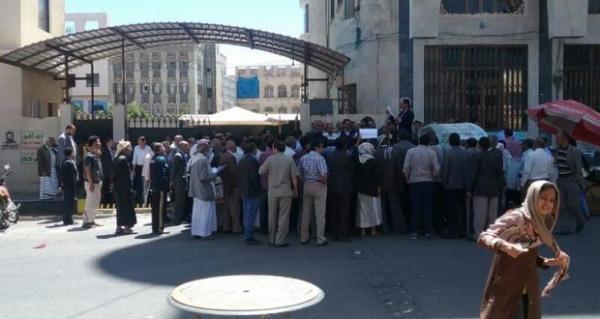 نقابة التأمينات تؤكد مواصلة الإضراب في الهيئة وتحمل المجلس السياسي والحكومة المسؤولية