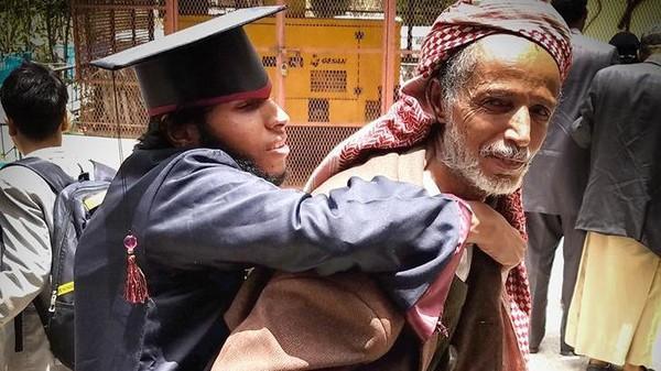 صورة مؤثرة.. فرحة يمني بتخرج ابنه من ذوي الاحتياجات