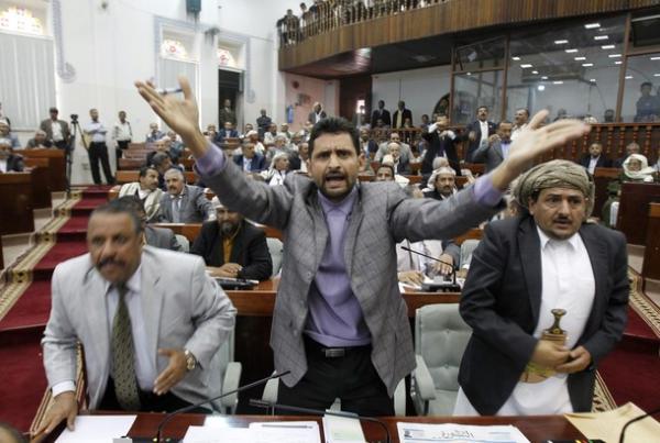 على خلفية كشفه فسادا مهولاً تمارسه.. حكومة الحوثيين تتهم برلمانياً وأحد وزرائها ب&#34العمالة&#34