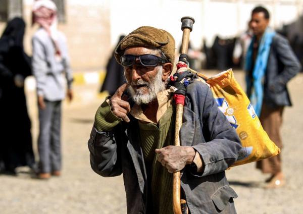 قيادات حوثية في إب تنهب كميات كبيرة من المعونات الإنسانية وتبيعها لتجار محليين وفي أسواق سوداء