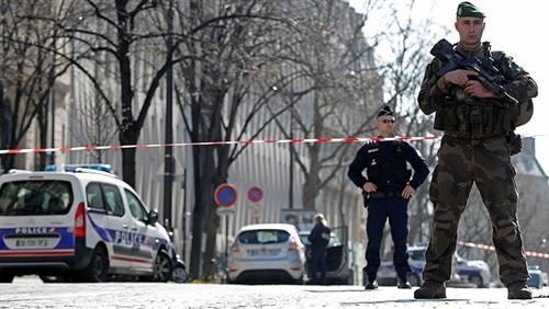باريس: مقتل شرطي بإطلاق نار في جادة الشانزليزيه وقتل المهاج