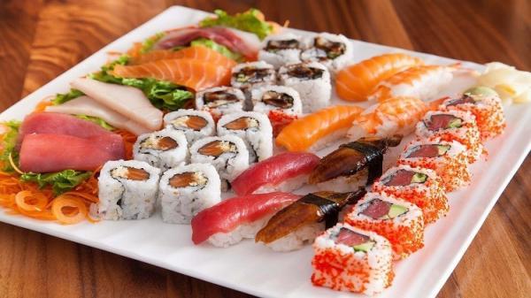 أطباء يحذرون من تناول السوشي