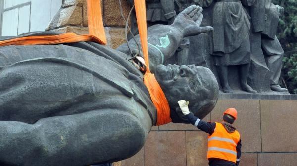 هدم آخر تمثال لـ&#34لينين&#34 في كييف