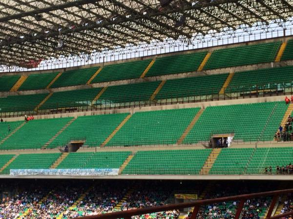 بالصور: جماهير إنتر ميلان تغادر الملعب في مباراة ساسولو