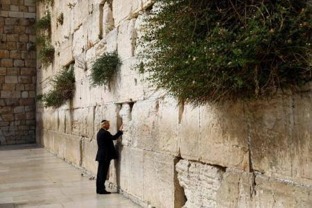 ترامب أول رئيس أمريكي يصلي عند الحائط الغربي في القدس