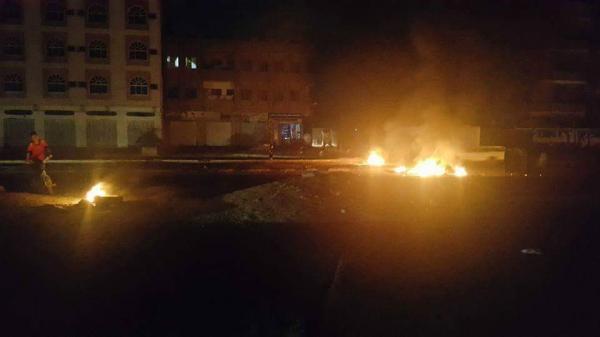 احتجاجات ليلية وقطع طرقات بمدينة عدن