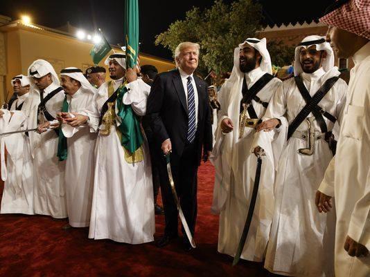 مستشار سابق لرؤساء أمريكيين: السعوديون فرشوا السجاد الأحمر لترامب لإنقاذهم من اليمن