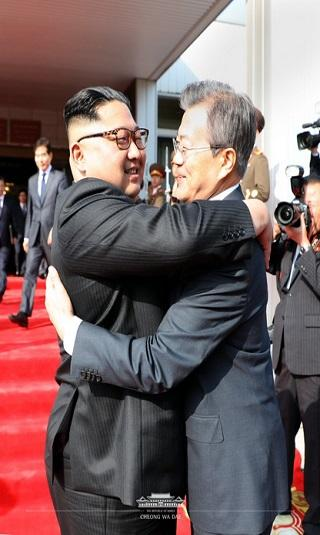 اجتماع مفاجئ بين زعيمي الكوريتين مع إحياء ترامب لآمال عقد القمة