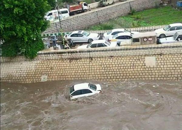 بالصور- سيول أمطار غزيرة بصنعاء تجرف المركبات