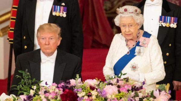 ترامب يخرق بروتوكولاً ملكياً بــ«لمس» كتف الملكة إليزابيث