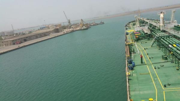 الكشف عن شركة نفطية متورطة في تهريب النفط للحوثيين ومنع ملاَّكها من السفر