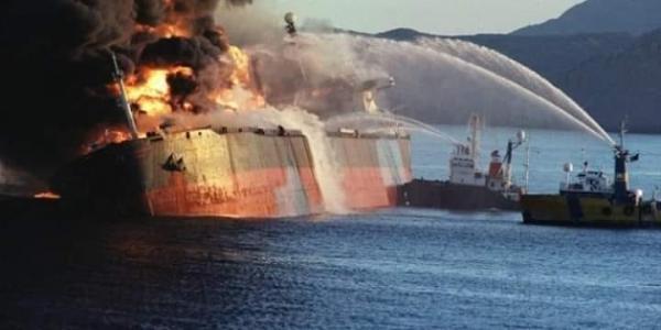احتراق ناقلتي نفط بعد استهدافهما في بحر عُمان