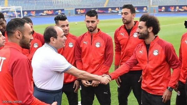 الرئيس المصري يزور المعكسر التدريبي لمنتخب بلاده لكرة القدم