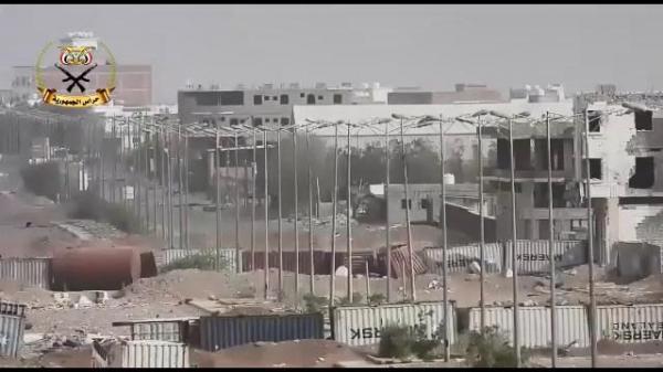 فيديو- مليشيا الحوثي تستحدث خنادق ومتارس داخل مدينة الحديدة وتدفع بتعزيزات ضمن ترتيباتها المتسارعة لنقض اتفاق السويد