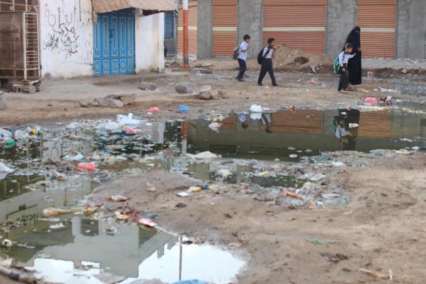 مياه المجاري الطافحة تغرق شوارع وأحياء المعلا عدن.. والمواطنون يناشدون