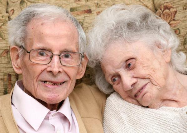 زوجان بريطانيان يحتفلان بذكرى زواجهما الثمانين