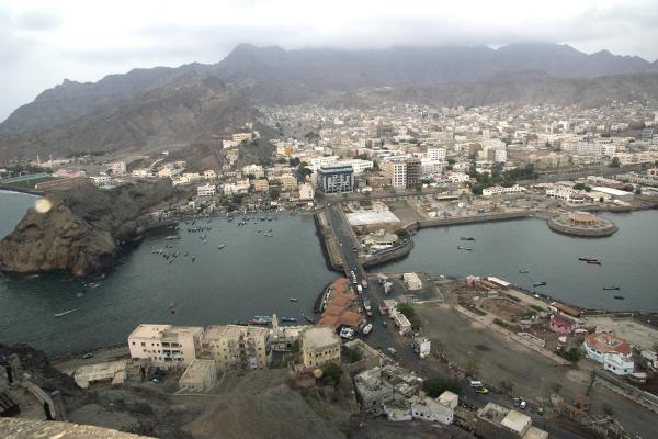 حصار منزل مدير مالية دفاع الفار هادي وقطع الجسر البحري بعدن المحتلة